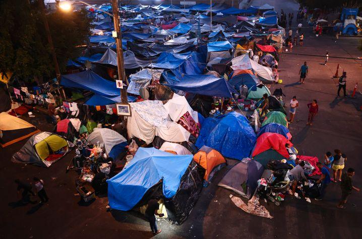 Ein Zeltlager von Migrantinnen und Migranten in Tijuana wird inzwischen durch das organisierte Verbrechen kontrolliert