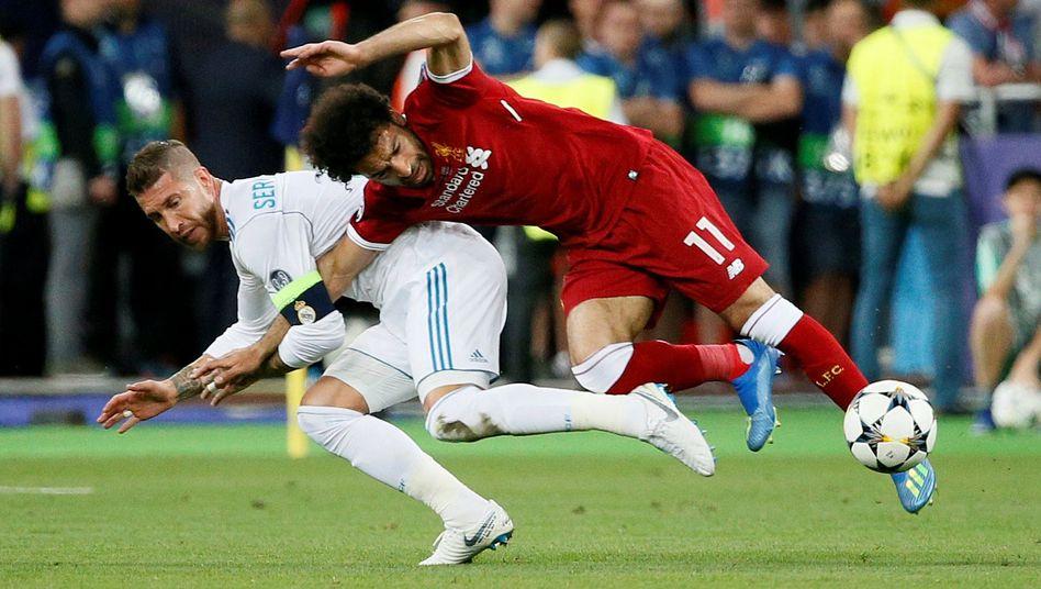 Sergio Ramos im Zweikampf mit Mohamed Salah