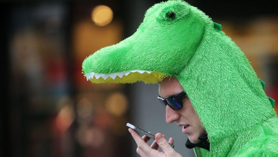Karnevals-Feier: Viele Menschen schauen heute deutlich häufiger auf ihr Handy als in die Ferne