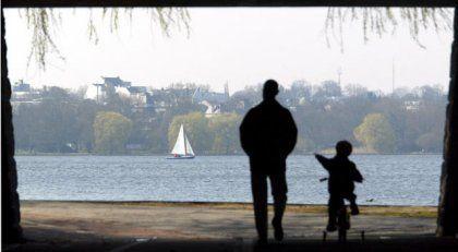 Vater und Sohn an der Hamburger Außenalster: Hormone sorgen für enge Bindung