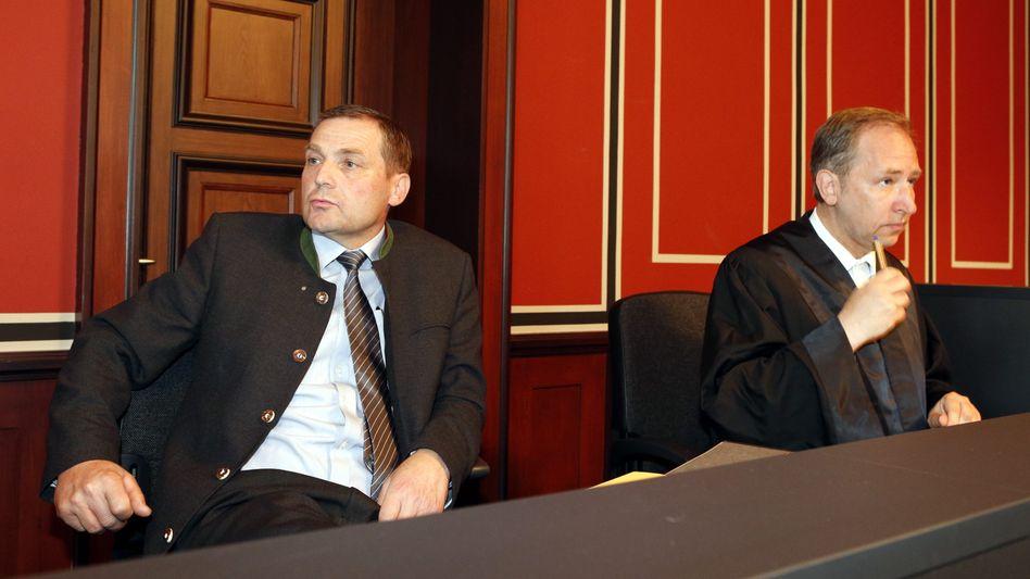 NPD-Bundesvize Pastörs (l.) und sein Anwalt: Verurteilt wegen Verleumdung