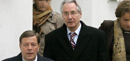 Klaus Zumwinkel (M)mit Anwalt Feigen: Gigantischer Skandal