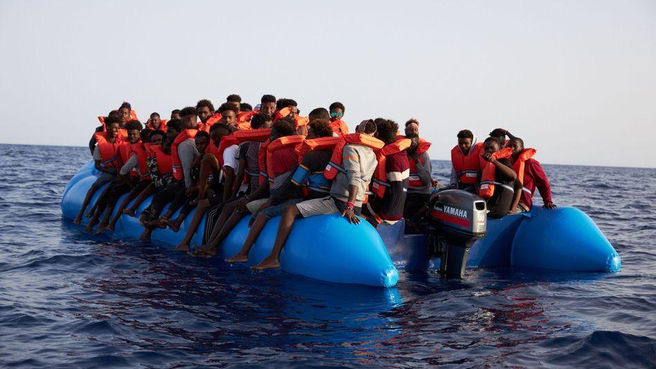 """Schlauchboot mit Flüchtlingen, die von der """"Alan Kurdi"""" aufgenommen wurden"""