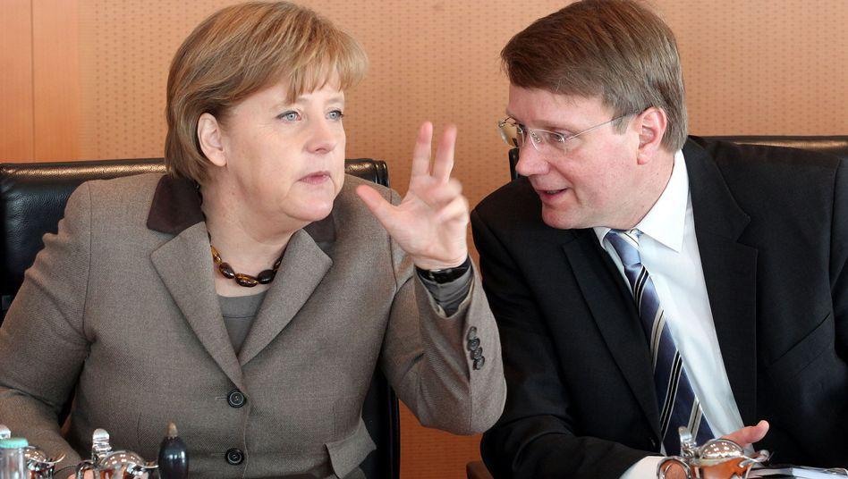 Kanzlerin Merkel, Kanzleramtsminister Pofalla: Reicht die Entschuldigung aus?