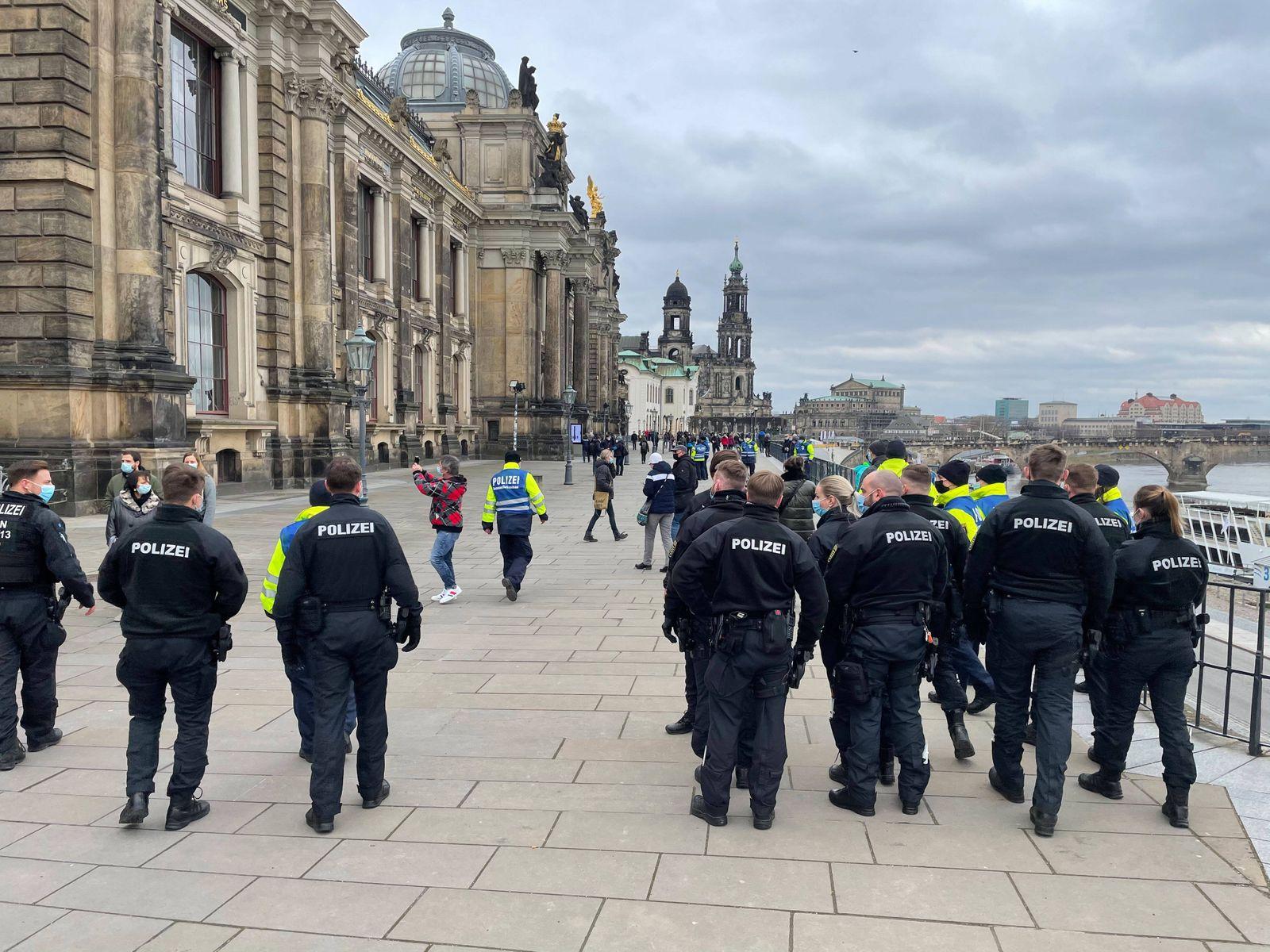 ID 264 Wieder einmal wollten die Querdenker in Dresden demonstrieren und wieder einmal wurden Versammlungen und Demonst