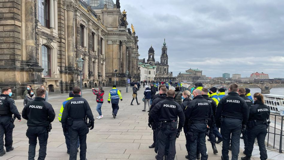 Polizisten in Dresden: Einige Protestierende versammelten sich am Brühlschen Garten