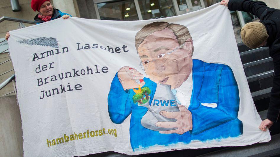 Demonstranten protestieren 2018 vor der Staatskanzlei gegen die Politik von NRW-Ministerpräsident Laschet