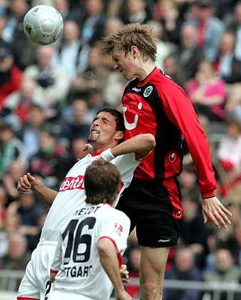 Ausgeschaltet: Per Mertesacker (r.) überspringt Nationalmannschaftskollege Kevin Kuranyi (l.), Horst Heldt (Mitte) staunt