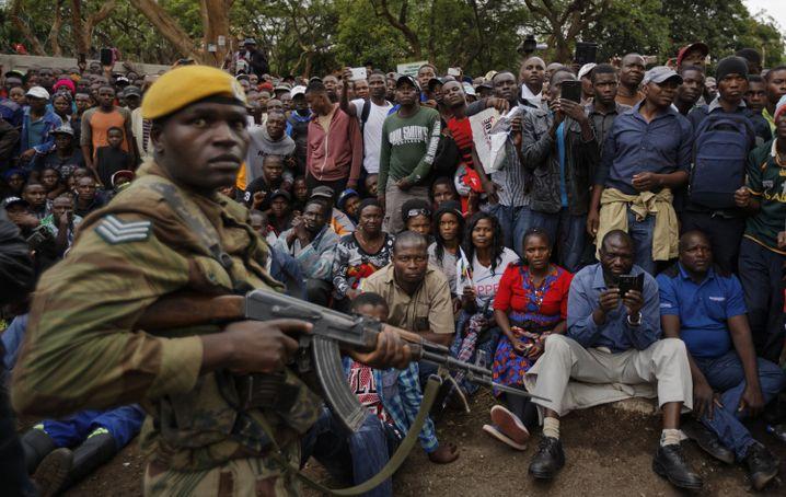 Straßenprotest unter Armeeaufsicht