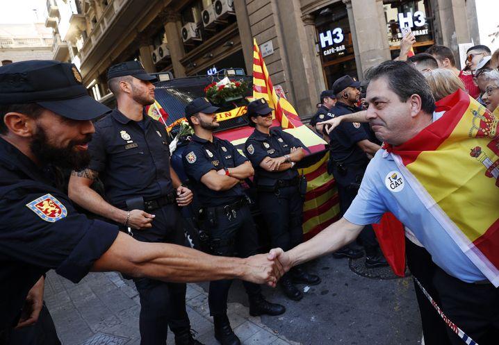 Händedruck zwischen Polizei und Demonstranten