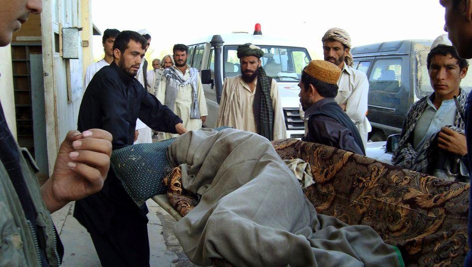 Transport eines Opfers nach dem Nato-Angriff: Mehr als 50 Menschen sollen getötet worden sein