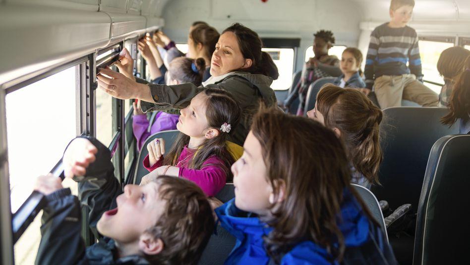 Bei Klassenfahrten kann es vorkommen, dass zusätzliche Begleitpersonen die Schüler gar nicht kennen