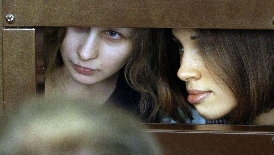 Maria Alechina (l.) und Nadeschda Tolokonnikowa im Gericht: Stundenlang im Glaskäfig