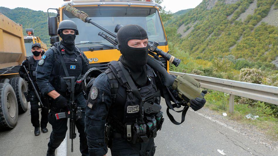 Kosovo-Polizisten in der Nähe des Grenzübergangs Jarinje: Kampf gegen Kfz-Kennzeichen