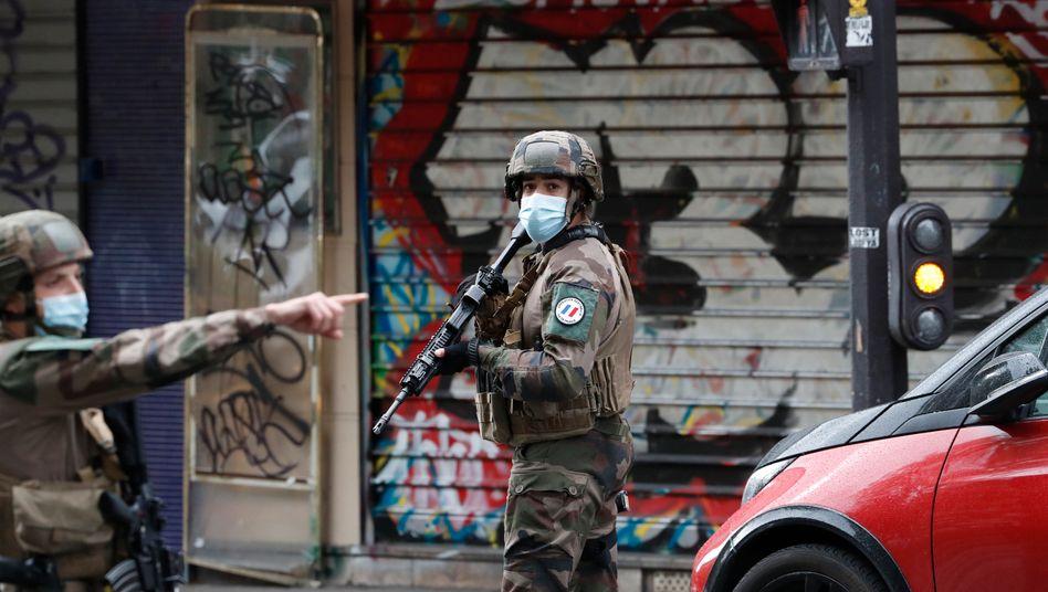 """Soldaten patrouillieren in Paris nach der Attacke nahe dem ehemaligen Sitz der Satirezeitung """"Charlie Hebdo"""""""