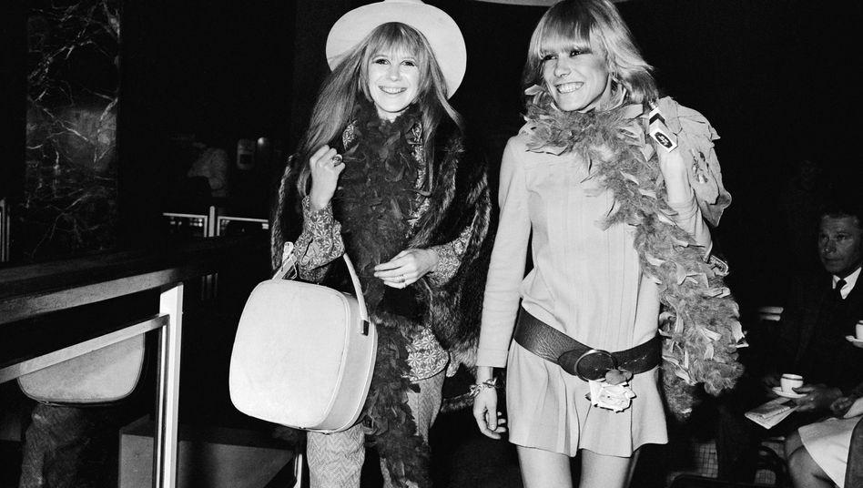 Marianne Faithfull (l.) und Anita Pallenberg 1967 am Flughafen Heathrow