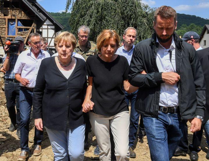 Merkel und Dreyer bei Opfern der Flutkatastrophe