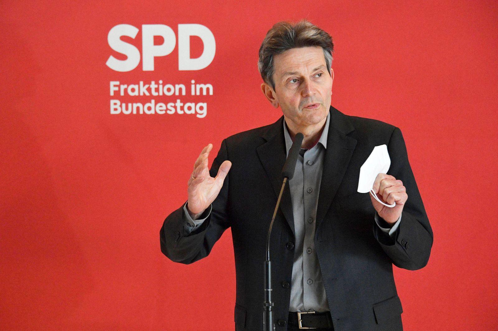 Rolf Mützenich bei einem Pressestatement der SPD vor der Fraktionssitzung auf der Fraktionsebene im Reichstagsgebäude.