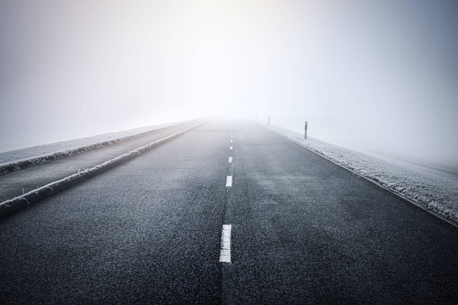 EINMALIGE VERWENDUNG Straße im Nebel