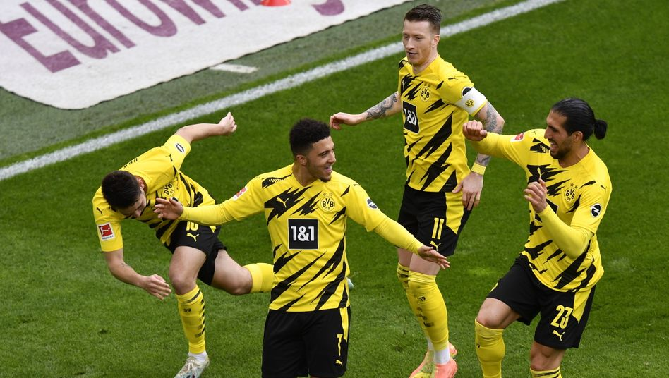 Jadon Sancho und seine Dortmunder Teamkollegen feiern den Sieg