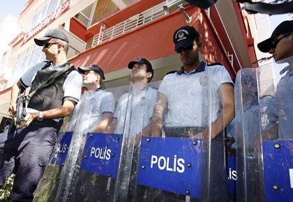 """Ankara: Polizisten blockieren das Büro der laizistischen Zeitung """"Cumhuriyet"""""""