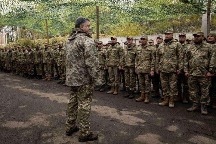 Ukrainischer Präsident Poroschenko am 15. Oktober vor seinen Truppen