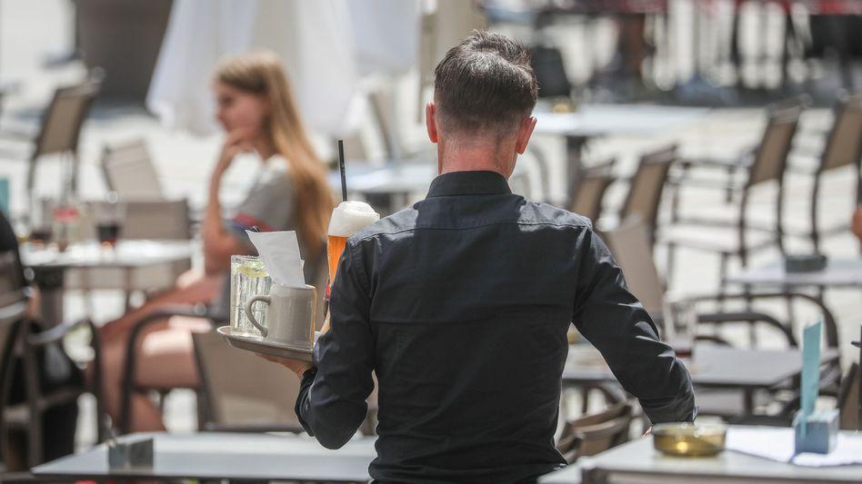 Bedienung in Stuttgarter Restaurant (im Juni): 36 Prozent weniger geringfügig Beschäftigte im Gastgewerbe