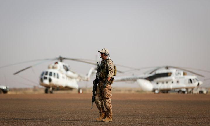 Bundeswehrsoldat beim Truppenbesuch von Verteidigungsministerin von der Leyen