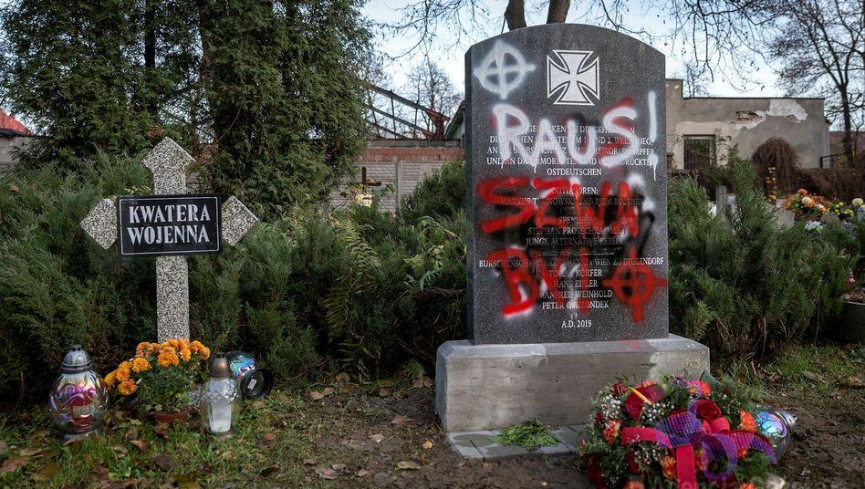 """Beschmierter Gedenkstein auf dem Friedhof in Bytom (Beuthen): """"Sehr ernsthafter"""" Vorgang"""