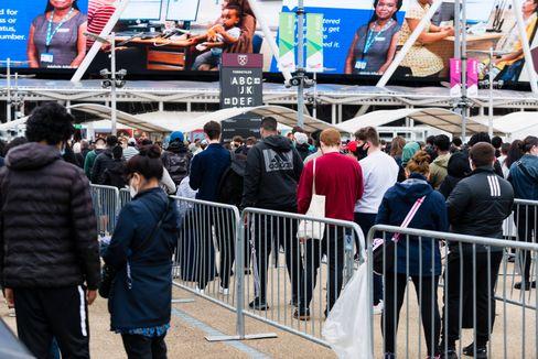 Menschenschlange vor Impfzentrum in London