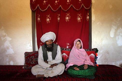 """Afghanisches verkauftes Mädchen: """"Dieses Bild zeigt einen kleinen, gewöhnlichen Moment, der keinen Taliban überrascht - er wird durch unsere Augen besonders"""""""