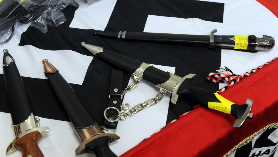 Arsenal von Neonazis: Bei einer Razzia in NRW beschlagnahmte Waffen