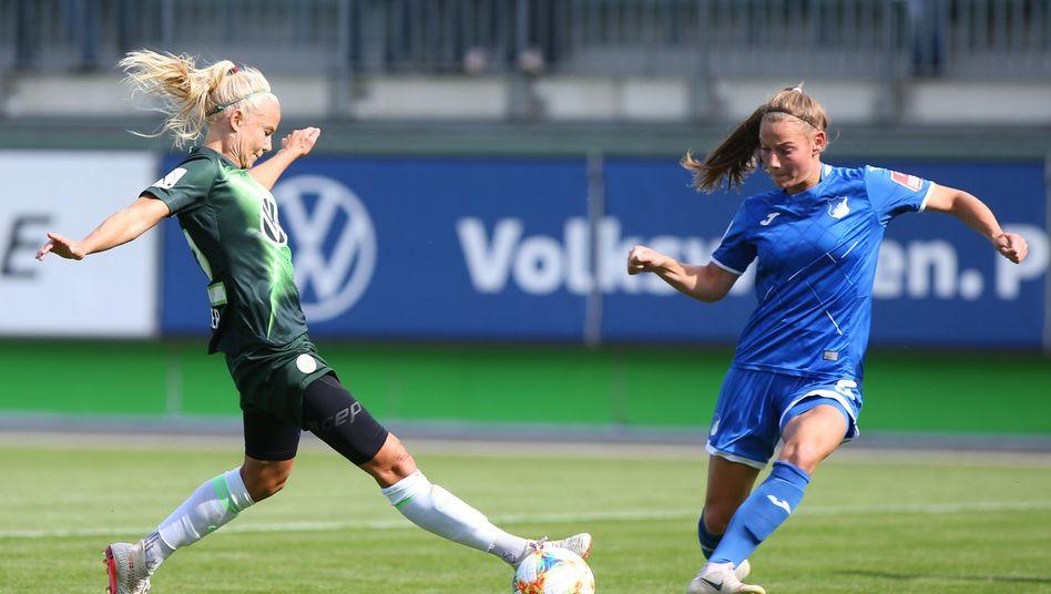 Pernille Harder (l., Archiv) hat nun 20 Saisontore erzielt