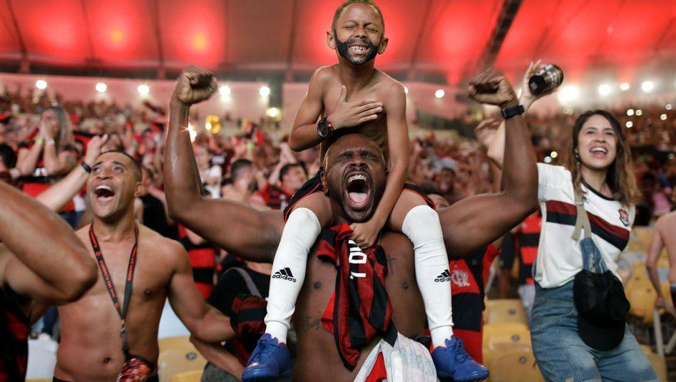 Flamengo-Fans feiern den Sieg im Finale der Copa Libertadores. Ein Kind hat sich einen Bart angemalt, um wie Torjäger Gabriel Barbosa auszusehen