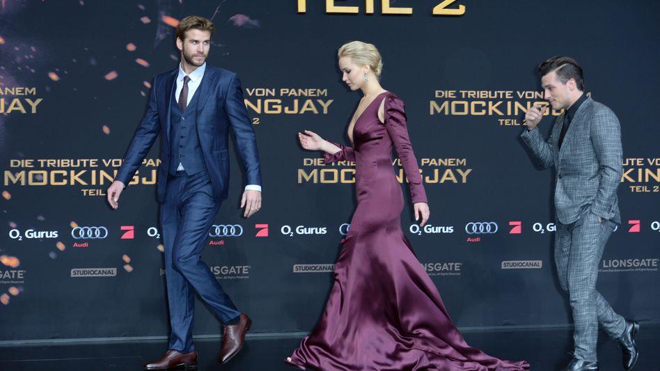 """Die Schauspieler Josh Hutchinson, Jennifer Lawrence und Liam Hemsworth bei der Premiere des Films """"Die Tribute von Panem - Mockingjay Teil II"""" 2015"""
