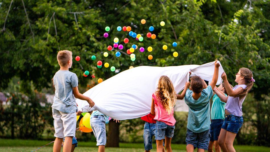 Spielende Kinder: Sie erkranken seltener schwer, aber sind sie auch weniger ansteckend?