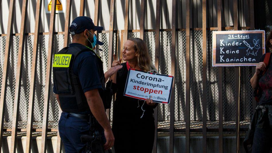 Eine Anhängerin der Coronaskeptiker-Partei »Die Basis« während einer Demonstration in Berlin
