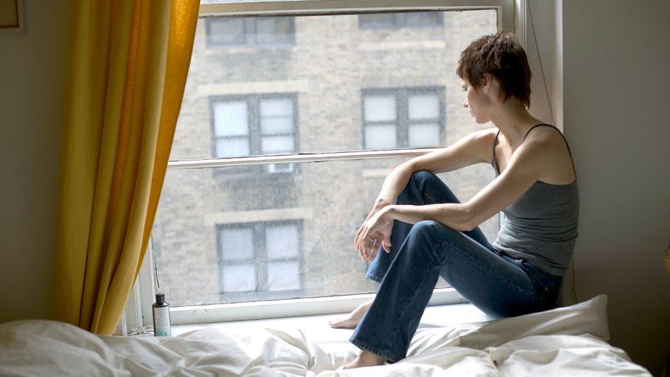 Frau am Fenster: Teilen ohne Bindung