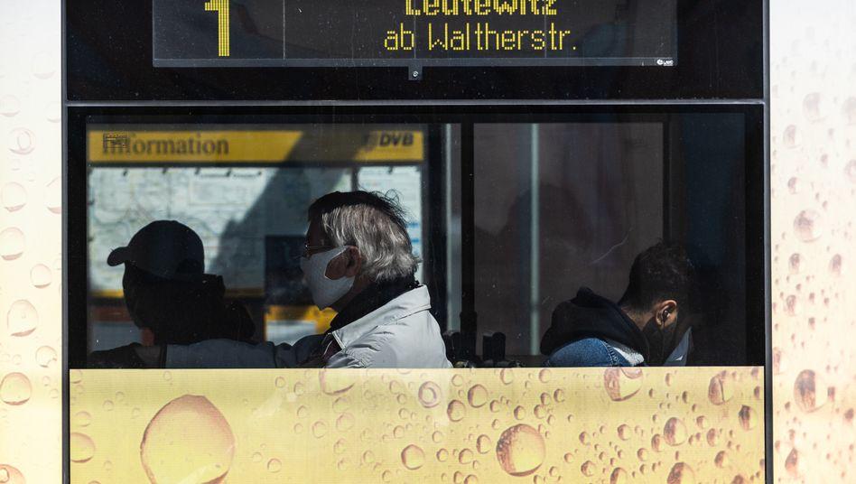 Masken - wie hier in Dresden - sind ab Montag bundesweit im öffentlichen Nahverkehr Pflicht. Ob sich die Passagiere an die Vorschrift halten, ist schwer zu kontrollieren