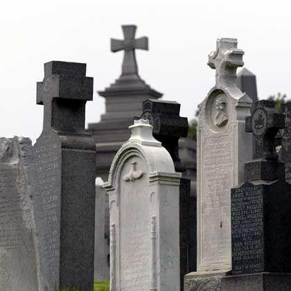 Grabsteine: Automatisch einsetzende Schutzreaktion beim Gedanken an den Tod