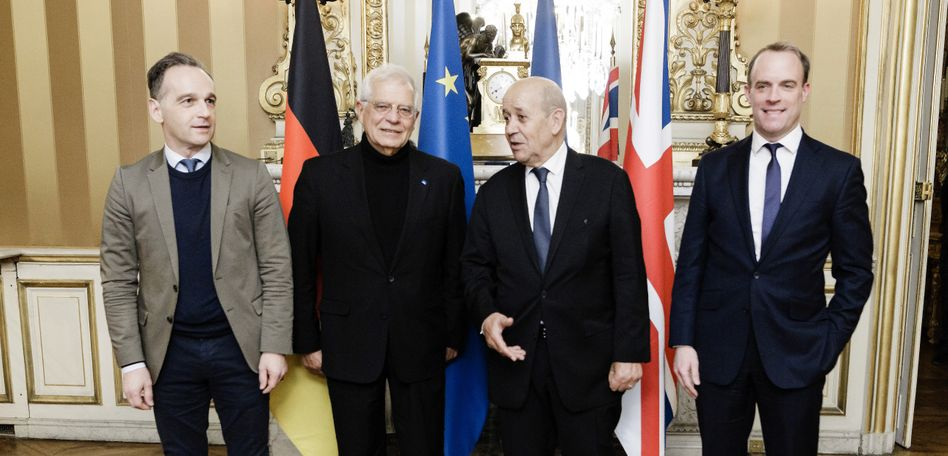 Außenminister Deutschlands, Frankreichs und Großbritanniens, Heiko Maas (l.), Jean-Yves Le Drian (3.v.l.), DominicRaab (r.) sowie dem EU-Außenbeauftragen Josep Borrell (2.v.l.)