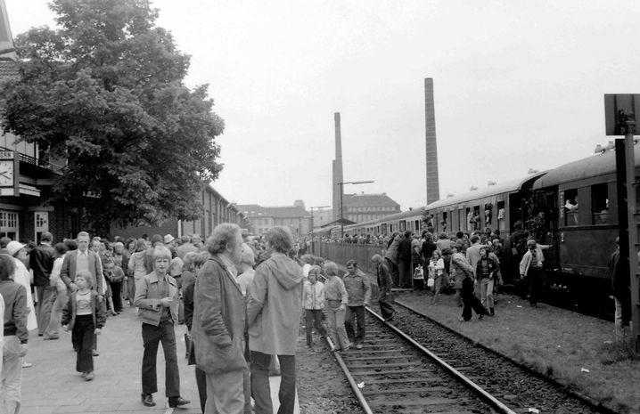 Am 25. Mai 1974 hält der letzte Personenzug im Bahnhof von Nordhorn und Hunderte erwarten ihn am Bahnsteig