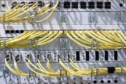 Netzwerkkabel: Die Polizei darf E-Mails auch auf Servern beschlagnahmen