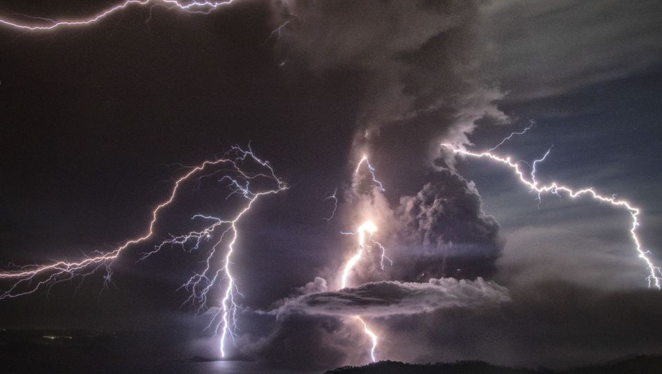 Blitze am Himmel über dem Vulkan Taal nahe Manila: Schon am Sonntag hatte er begonnen, Rauch und Asche auszuspucken