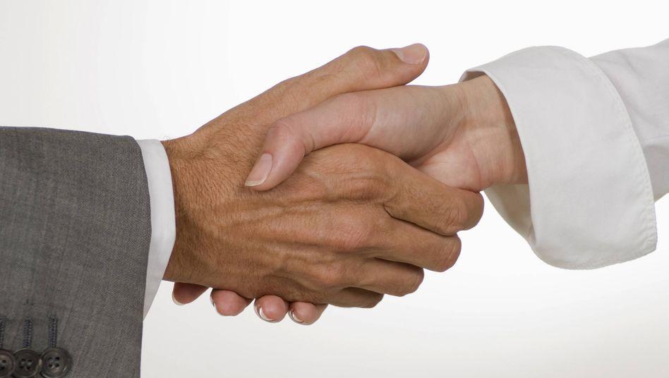 Händeschütteln: Bei Vertragsabschlüssen und auch sonst eine nette Geste, auf dem MWC aber nicht empfohlen