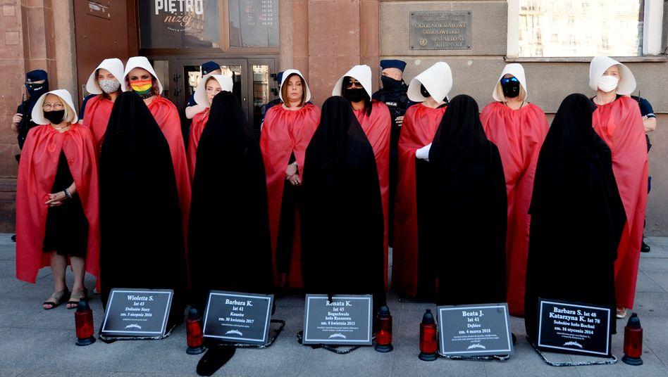 Protest in Warschau: Frauenrechtlerinnen mit den Namen von Opfern häuslicher Gewalt in Polen
