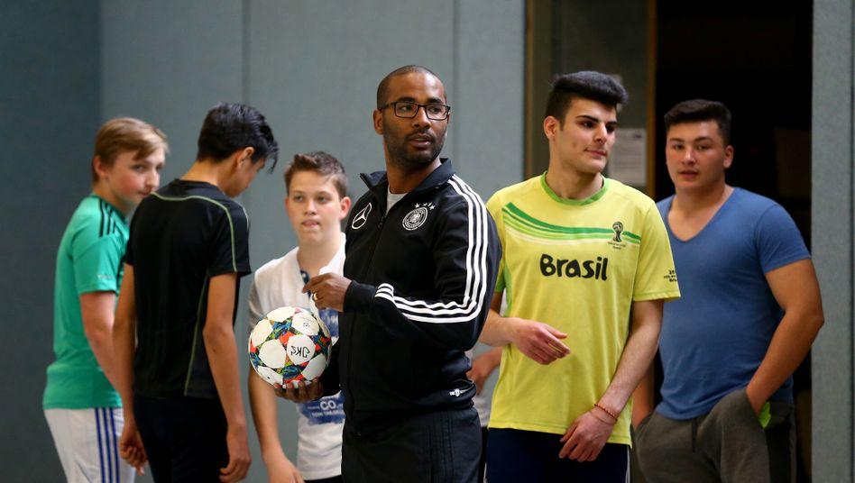 Cacau (Mitte) hat 23 Länderspiele für Deutschland bestritten. Zwischen 2016 und 2021 war er Integrationsbeauftragter des DFB.