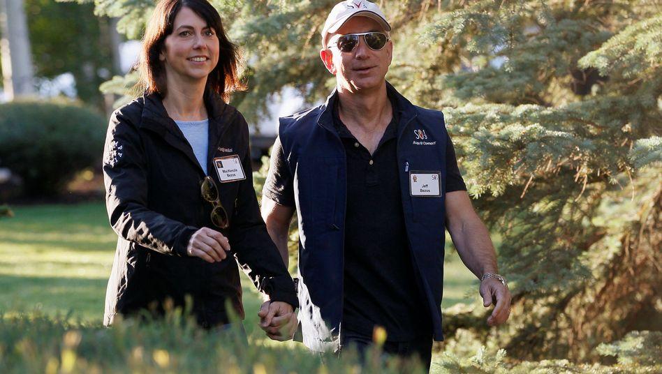 Aufnahme aus sonnigeren Zeiten: Jeff und MacKenzie Bezos