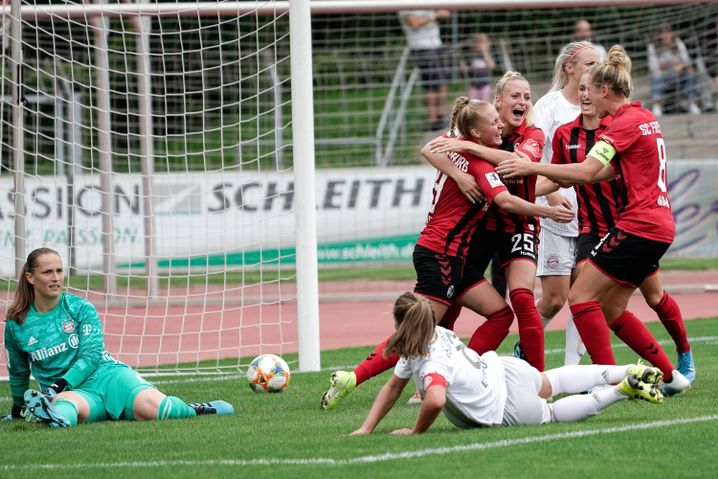 Freiburger Spielerinnen feiern ein Tor gegen den FC Bayern