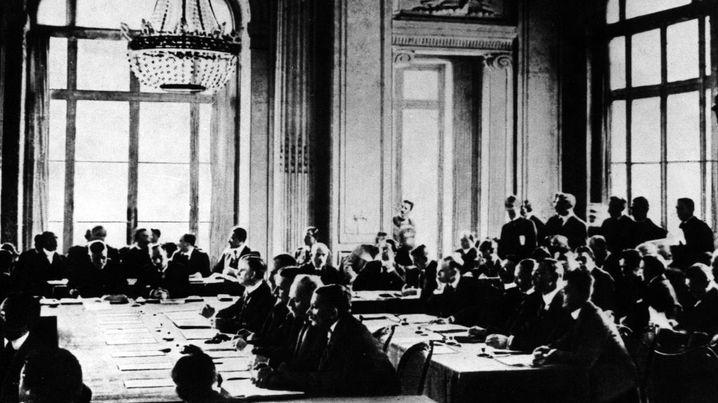 Video (1:37): Das Vermächtnis von Versailles Ewiger Frieden sollte 1919 in Paris vertraglich festgehalten werden. Doch der Vertrag von Versailles erwies sich als instabil und kurzlebig. Warum, erklärt der Historiker Wolfram Pyta im Video.